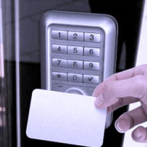 Controllo accessi con badge e codice numerico